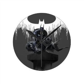 Batman se encaramó en un pilar reloj redondo mediano