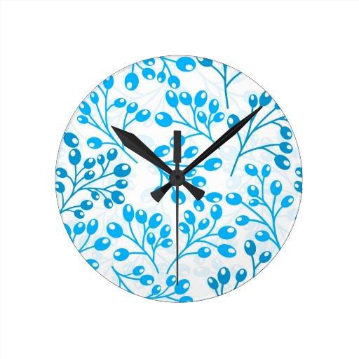Bayas azules lindas del otoño relojes de pared
