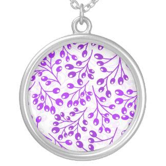 Bayas púrpuras lindas del otoño colgante