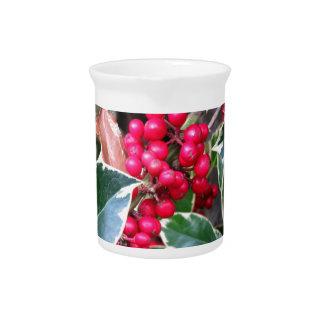 Bayas rojas de un árbol de acebo jarra para bebida