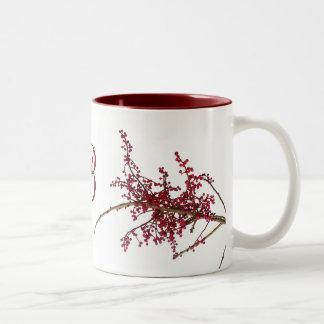 Bayas rojas en rama de árbol inactiva taza de dos tonos