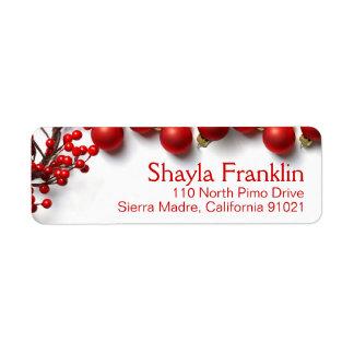 Bayas rojas y ornamentos de las Felices Navidad Etiqueta De Remite