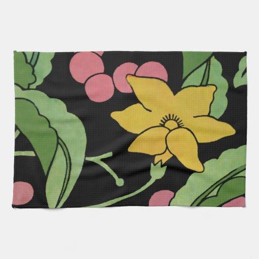 Bayas rosadas y una flor amarilla toalla de cocina