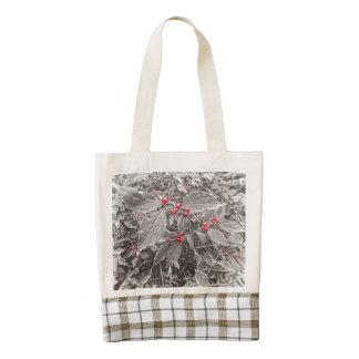 Bayas y hojas del patio trasero, blancos y negros bolsa tote zazzle HEART