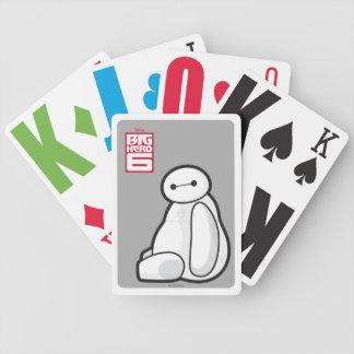 Baymax de lado que se sienta barajas de cartas