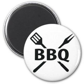 Bbq con el icono de los cubiertos imán redondo 5 cm