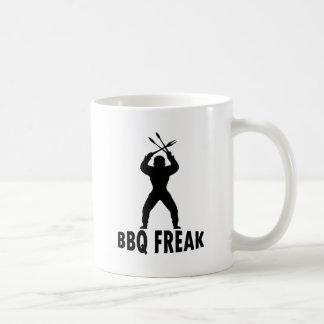 Bbq-monstruo con los cubiertos tazas de café