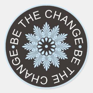 ~Be de tres citas de la palabra el Change~ Pegatina Redonda