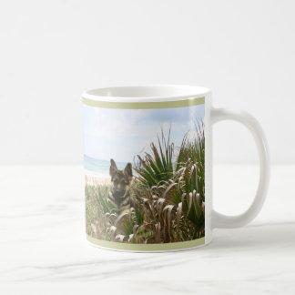 Beachgrass de la taza de la mamá del pastor alemán