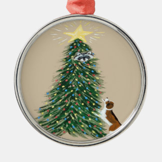Beagle con el mapache en árbol de navidad adorno navideño redondo de metal