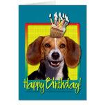 Beagle de la magdalena del cumpleaños tarjeton