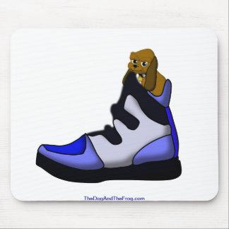 Beagle del dibujo animado en un zapato adentro sob alfombrillas de ratones
