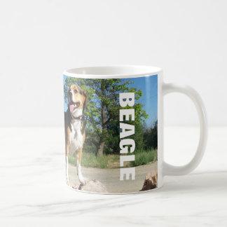 Beagle en las rocas - taza de café del beagle del