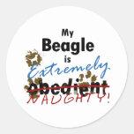 Beagle extremadamente travieso etiquetas redondas