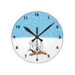 Beagle feliz de la nieve del invierno - perro reloj