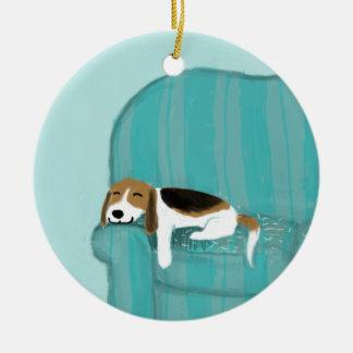 Beagle feliz del sofá adorno navideño redondo de cerámica