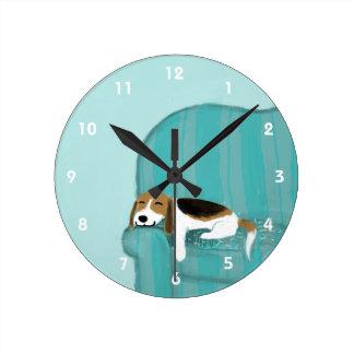 Beagle feliz del sofá - diseño lindo del perro reloj redondo mediano