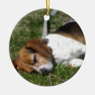 Beagle soñoliento ornamentos de reyes