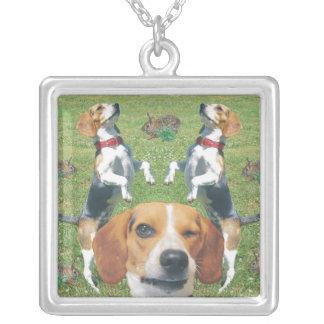 Beagle y beagles y conejos de guiño divertidos colgante cuadrado