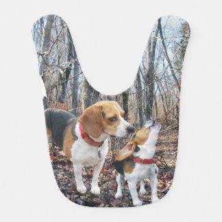 Beagles en babero del bebé de maderas