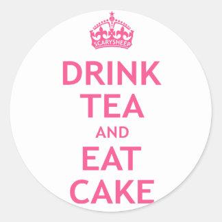 Beba el té y coma la torta pegatina redonda