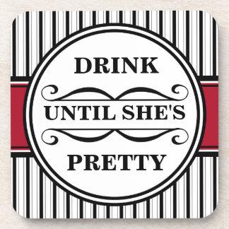 Beba hasta que ella sea bonita posavasos de bebidas
