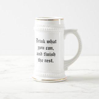 Beba lo que usted puede, y acabar el resto jarra de cerveza