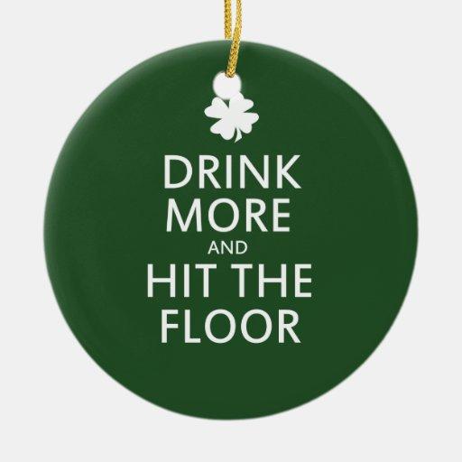 Beba más y golpee el día del St Patricks del piso Adorno Navideño Redondo De Cerámica