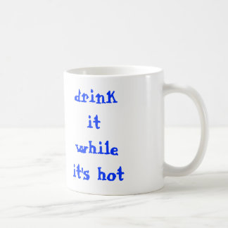 bébalo mientras que es caliente taza básica blanca