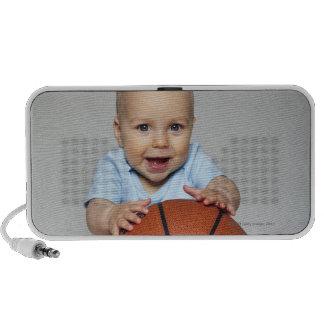 Bebé (6-9 meses) que lleva a cabo baloncesto, altavoz de viaje