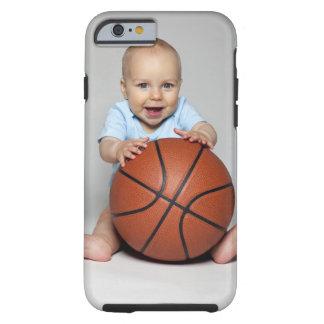 Bebé (6-9 meses) que lleva a cabo baloncesto, funda de iPhone 6 tough