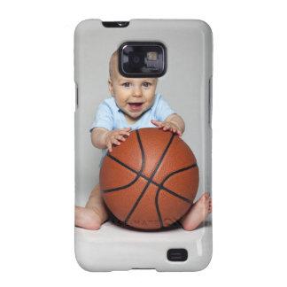 Bebé (6-9 meses) que lleva a cabo baloncesto, galaxy SII carcasas