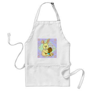 Bebé africano y conejo amarillo delantal