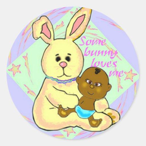 Bebé africano y conejo amarillo pegatina redonda