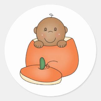 Bebé afroamericano en calabaza pegatina redonda