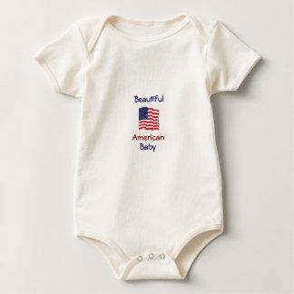 Bebé americano hermoso comodamente trajes de bebé