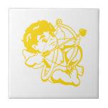 Bebé ángel en amarillos en baldosa teja cerámica