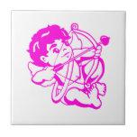 Bebé ángel en rosa en baldosa azulejo cerámica