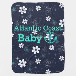 Bebé atlántico de la costa que recibe la manta manta de bebé