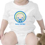 Bebé azul y amarillo lindo en una camiseta del cap