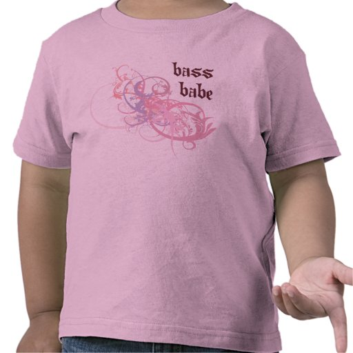 Bebé bajo camisetas