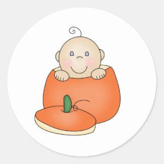 Bebé blanco en calabaza pegatina redonda