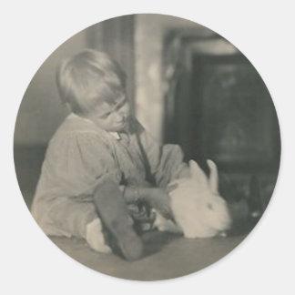 bebé con el pegatina redondo del conejito
