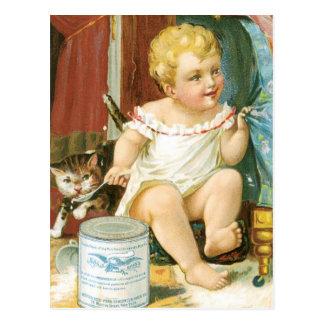 Bebé con leche y el gatito tarjeta postal