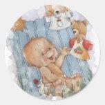 Bebé con los juguetes pegatina redonda
