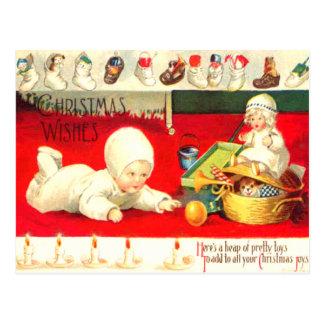 Bebé con los presentes postal