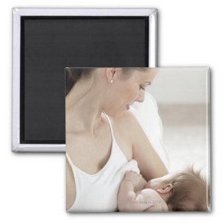 Bebé de amamantamiento 2 de la madre imán cuadrado