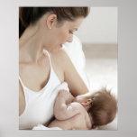 Bebé de amamantamiento 2 de la madre posters
