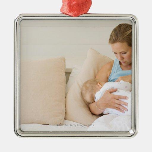 Bebé de amamantamiento de la mujer adorno navideño cuadrado de metal