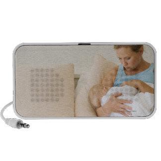 Bebé de amamantamiento de la mujer PC altavoces